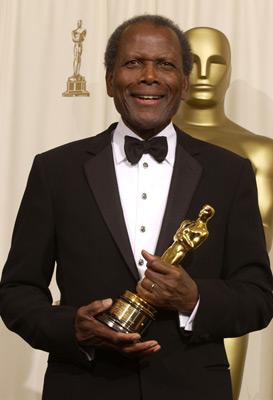 Sidney Poitier avec une statuette des Oscars