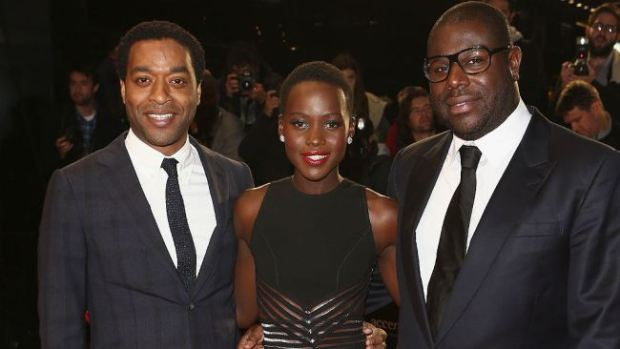 Chiwetel Ejiofor ( dans le rôle de Solomon Northup), Lupita Nyong'o (dans le rôle de Patsey) et Steve McQueen (réalisateur du film)